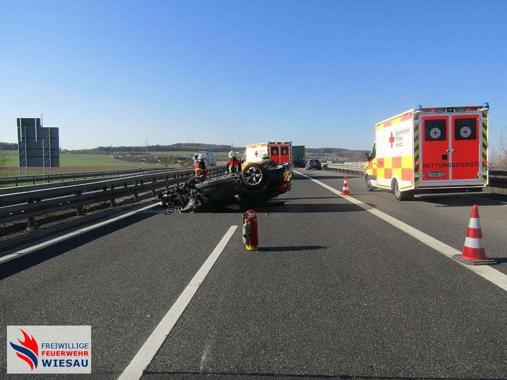 Verkehrsunfall mit Lkw, Person eingeklemmt