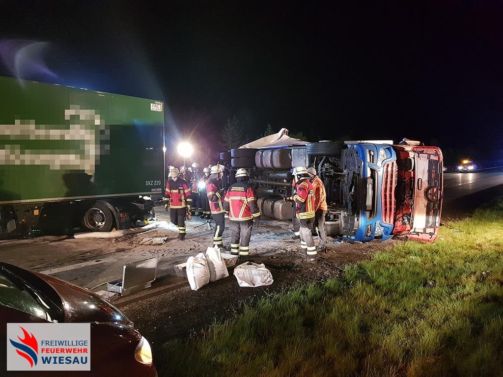 Verkehrsunfall mit mehreren LKW, Personen eingeklemmt